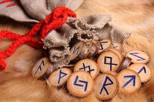 gros plan de runes photo