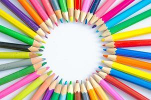 arrière-plan flou abstrait. crayons de couleurs différentes dans un formati