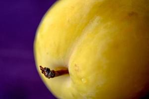 prune jaune, gros plan