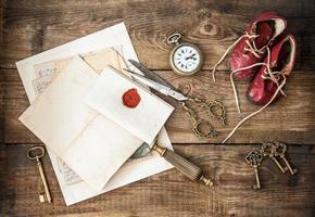 fournitures de bureau antiques et accessoires d'écriture. nature morte nostalgique photo
