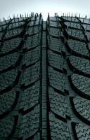 gros plan de nouveaux pneus photo