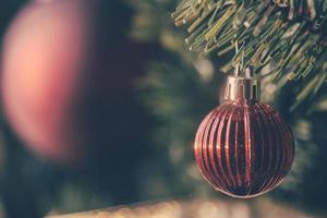 mignon ornement de Noël rouge sur un arbre