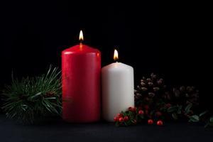 bougies de Noël avec des décorations à feuilles persistantes photo