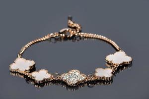 bracelet en or sur fond gris photo