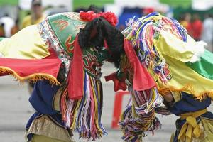 les enfants jouent au lion dansant photo