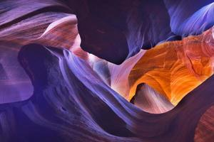 vue de l'intérieur de la caverne avec la lumière rougeoyante photo
