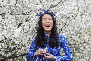 fille vietnamienne souriante à ao dai photo