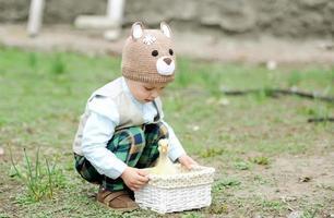 l'enfant joue avec l'oie photo