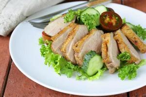 salade au filet de canard grillé, tomate et laitue verte