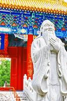 statue de confucius, le grand philosophe chinois. photo