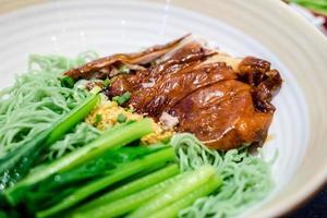 canard rôti avec soupe aux nouilles vertes