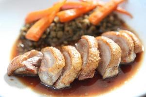 confit de canard, rôti à la sauce aux myrtilles photo