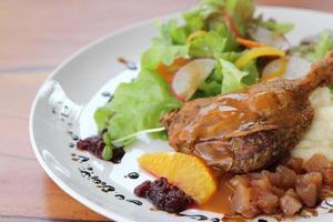 confit de canard, canard rôti à la sauce aux myrtilles photo