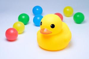 canard en caoutchouc jaune avec boule colorée photo