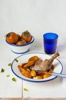 cuisse de canard au four avec kakis frits photo
