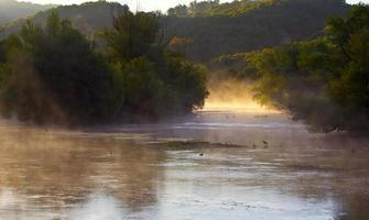 lever du soleil au bord de la rivière photo