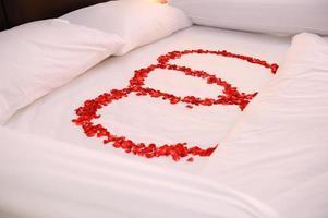 rose sur le lit, lit de lune de miel photo