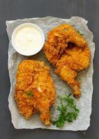 poulet frit, pané en flocons de maïs. photo
