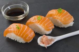 sushi de saumon atlantique frais photo