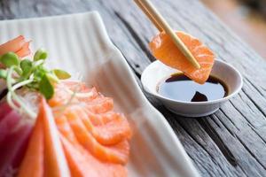 sashimi de saumon aux baguettes photo