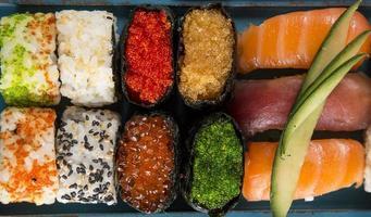 ensemble de sushi de fruits de mer japonais photo