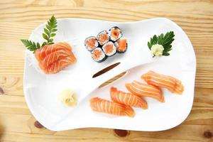 set de sushis au saumon