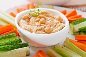 houmous maison sain avec légumes, huile d'olive et croustilles de pita