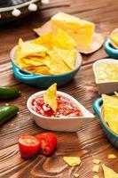 assiette de nachos avec différentes trempettes