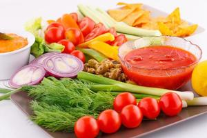 légumes, olives, nachos, saucisse rouge et fromage
