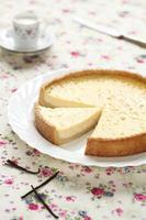 tarte à la vanille sur une plaque blanche