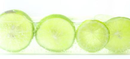 citron vert avec des bulles isolé sur fond blanc photo