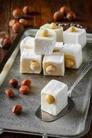 délice turc. dessert oriental aux noisettes sur plaque métallique. sélectif