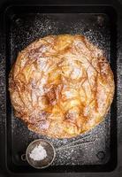 tarte pâtissière filo entière exubérante sur une plaque de cuisson foncée