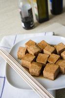 tofu mariné avec des brochettes photo