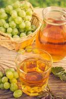 jus de raisin dans le verre et le pichet