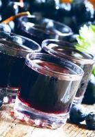 jus de raisin noir frais et baies fraîches photo