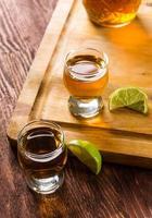 tequila dans des verres à liqueur au citron vert et sel