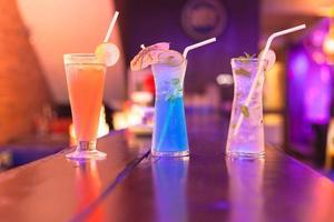 cocktails sur le comptoir du bar en boite de nuit