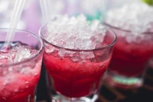 ligne de différents cocktails alcoolisés lors d'une soirée nocturne en plein air