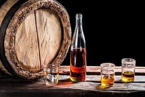 trois verres de whisky vieilli et bouteille