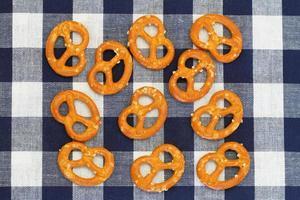 bretzels sur tissu à carreaux, gros plan photo
