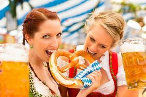 femmes, à, traditionnel, bavarois, vêtements, dans, bière, tente