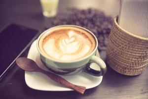 café latte art avec des grains de café couleur vintage