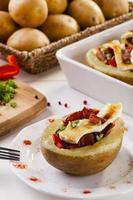 pommes de terre au four farcies de bacon, servies avec camembert
