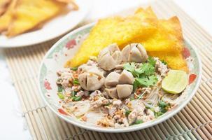nouilles blanches aux boulettes de viande et wonton frit
