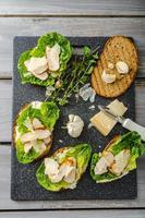 salade césar sur pain grillé panini