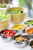 saladiers avec légumes frais mélangés