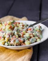 salade d'olivier avec mayonnaise, nouvel an