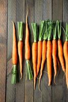 carottes bébé sur des planches en bois, vue de dessus photo