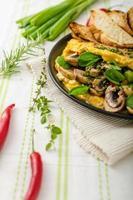 omelette aux champignons, laitue d'agneau, herbes et piment